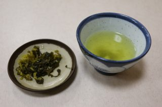 注文後でてくるお茶と、箸休めの高菜漬け。ちびちびやりながら「ざる弁当」を待ちます。