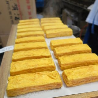 店の奥の工場では次々と玉子焼が仕上がります。湯気が見えるのわかるかなぁ