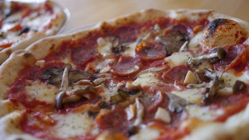 Spazio サラミとキノコのピザ