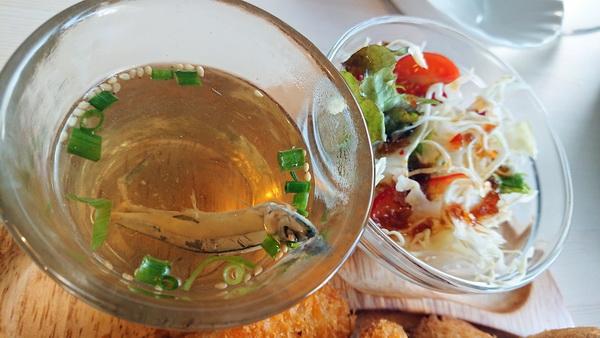 サーモントルコライスのスープとサラダ
