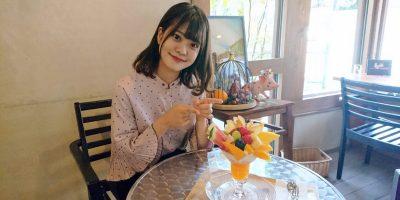 「MilkShake(ミルクセーキ)」の絢優さんとフルーツいわながの「季節のフルーツパフェ」