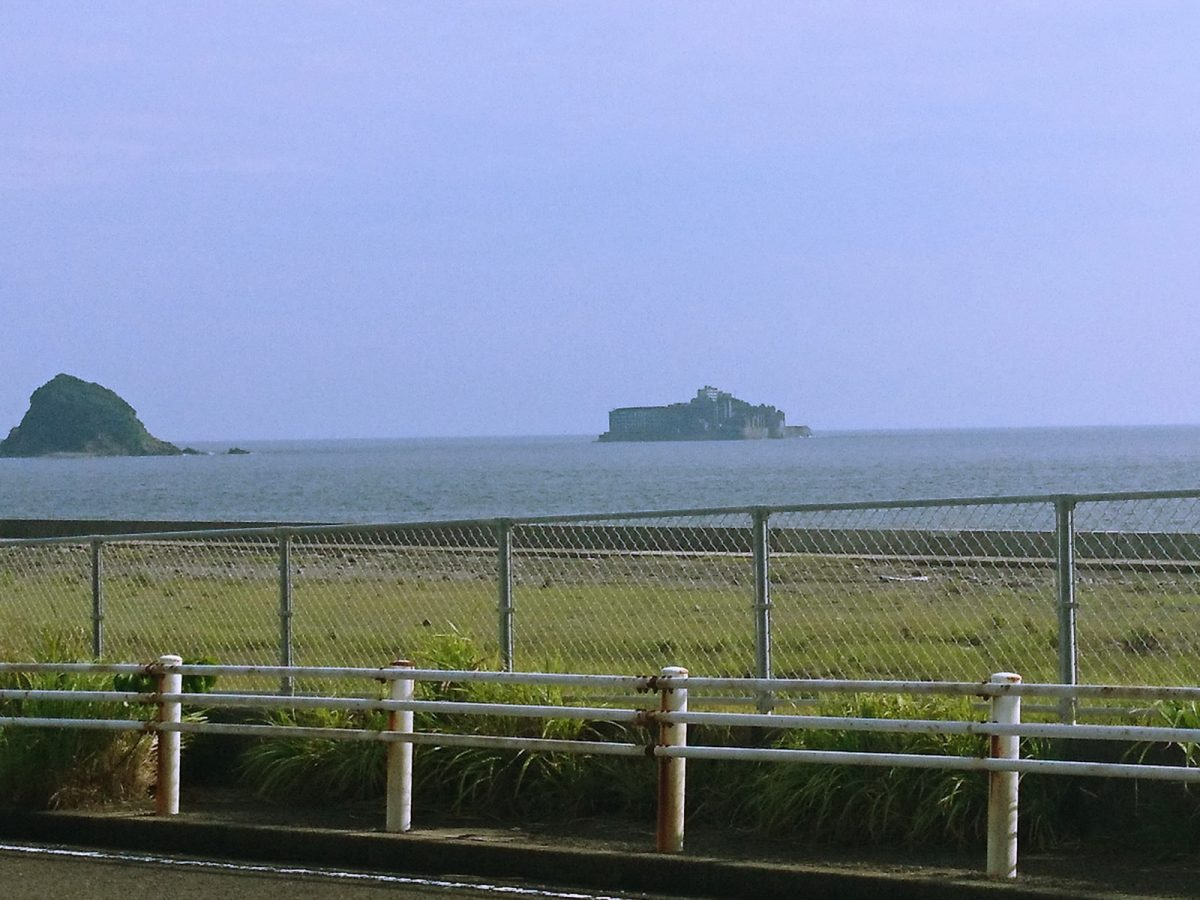 店舗の裏手からは軍艦島が見えます