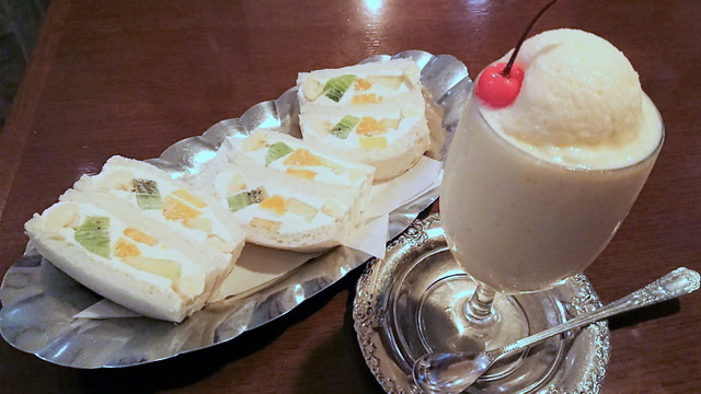 ウミノ ミルクセーキとフルーツサンドウィッチ