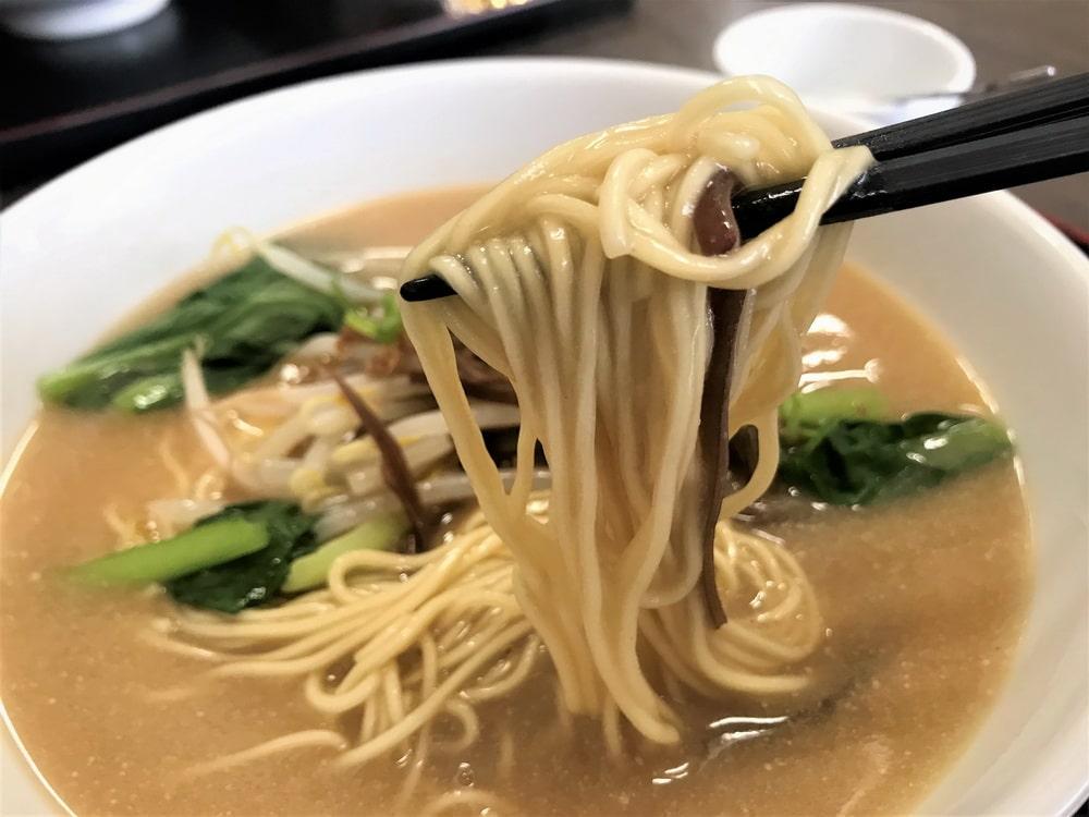 コシのある細麺を使った辛くない担々麺。
