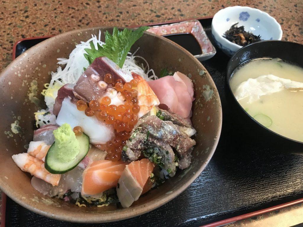 メインの海鮮丼にあら汁、小鉢が付いたセット