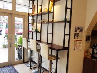 店内には3席のイートインコーナーがあり、ここでコーヒーとパンをいただけます。