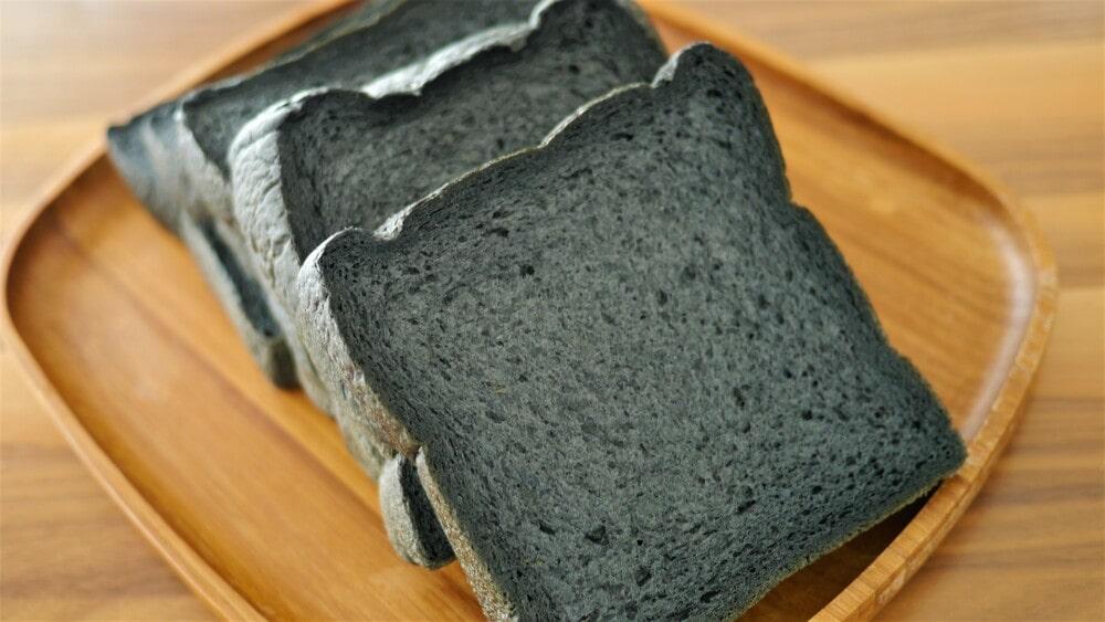 見た目のインパクトもばっちり!竹炭食パン(320円)