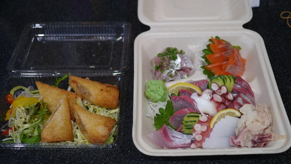 (左)エビと青魚の自家製ハトシ(580円)と(右)SAKANAYA刺盛(1,650円)