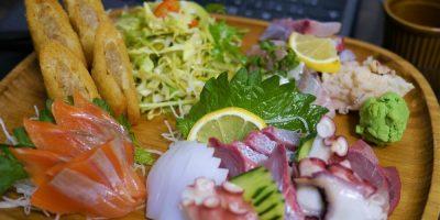 テイクアウトしたSAKANAYA刺盛(1,650円)と海老と青魚の自家製ハトシ(580円)