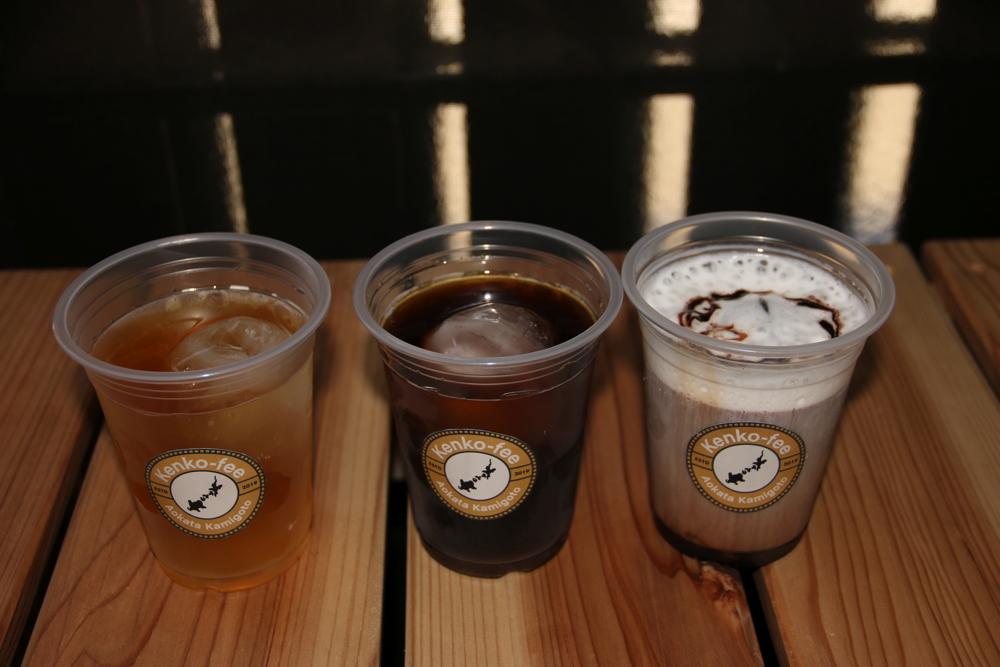ドリンク左からエゴマ茶・アイスコーヒー・カフェモカ