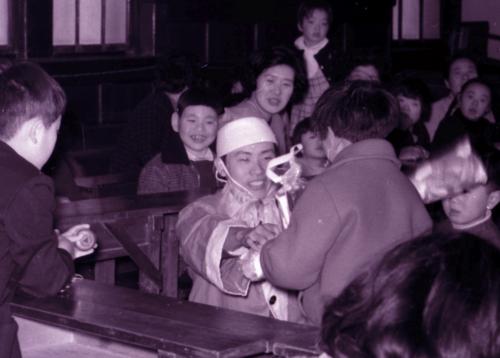 あすなろ会が開いたクリスマス会でサンタクロースに扮する平野さん(中央)=1967年12月(奥田さん提供)
