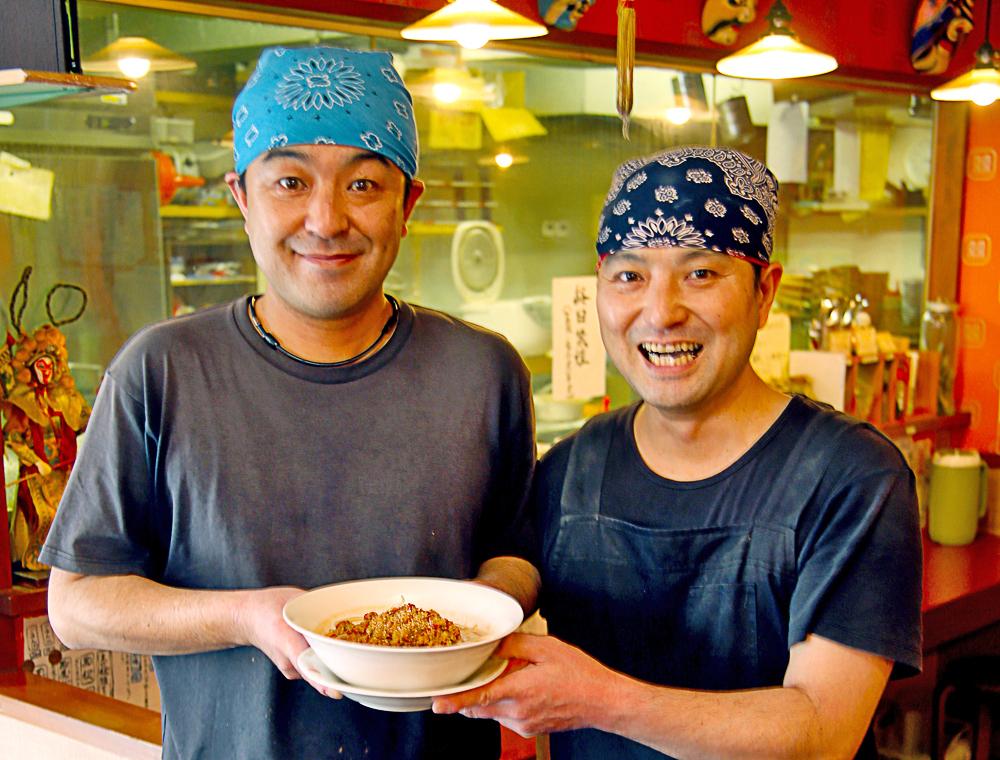 店主の水口秀治さん(左)と弟の義治さん兄弟。どちらも東京で料理修業した職人ながら、人を楽しませることが大好きというエンターテイナーでもあります