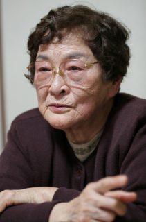 東京大空襲の被災体験を語る柴谷さん=長崎市内