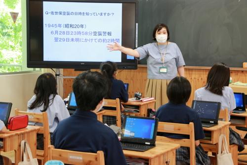 道徳の授業で佐世保空襲について取り上げる高山教諭=佐世保市、九州文化学園小中学校