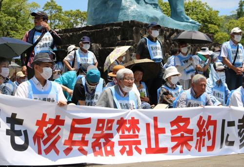 「反核9の日座り込み」に参加し続けている平野さん(前列中央)=6月9日、長崎市、平和公園