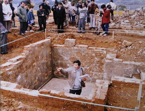 浦上刑務支所の死刑場跡に入り、市民向けに遺構を説明する平野さん(下)=1992年、長崎市松山町、平和公園(平野さん提供)