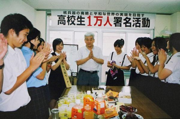 高校生1万人署名活動に加わった中学時代の林田さん(左)と平野さん(中央)=2007年、長崎市内(平野さん提供)