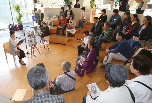 永遠の会が毎月9日に長崎原爆資料館で実施している朗読会=2016年4月、長崎市平野町