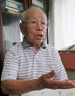終戦前後の旧満州・大連の様子を語る宮崎さん=長崎市小瀬戸町の自宅