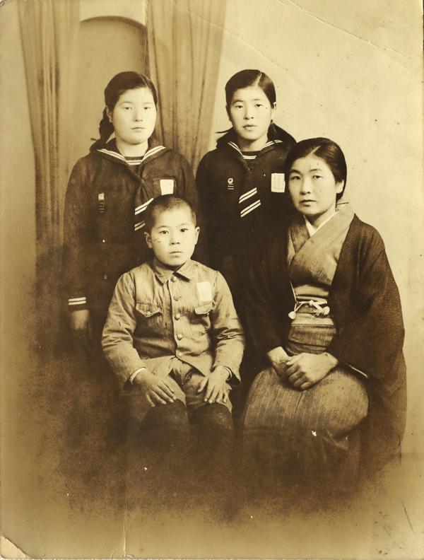 満州時代の(手前左から)木本和義さん、母ツルさん、(後ろ左から)長姉チエ子さん、次姉ミツ子さん(木本さん提供)